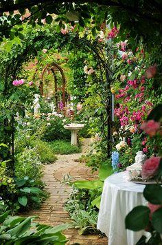 8 years of pain (^^ ♪-Making roses is a garden - - Beautiful Gardens, Beautiful Flowers, Narrow Garden, Prayer Garden, The Secret Garden, Victorian Gardens, Garden Tool Set, Garden Cottage, Meadow Garden