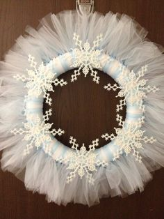 Snowflake Christmas Tulle Wreath by MandJcraftycreations on Etsy Tulle Wreath, Diy Wreath, Wreath Making, Wreath Crafts, Wreath Ideas, Christmas Door Hangings, Christmas Gift Decorations, Christmas Ornaments, Holiday Decor