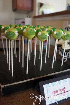 angry birds party: cake 'pigs'