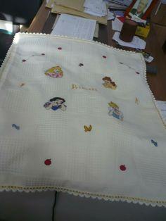 Copertina principesse Disney Cross Stitch Baby Blanket, Cross Stitching, First Love, Activities, Board, Crafts, Craft Kids, Manualidades, First Crush