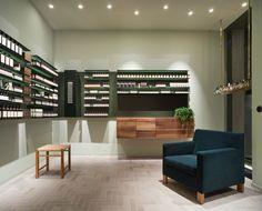 Walnussholz braucht kein Peeling - Es gehört zum Konzept der Kosmetikmarke Aesop, in der Einrichtung ihrer Läden globale und lokale Elemente zu mischen. In Frankfurt hat den Laden Philipp Mainzer gestaltet.