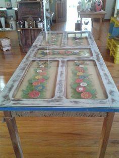 Fiz uma linda mesa,usando uma porta antiga. Usei flores de madeira pra decorar. Coloquei um blindex de 6ml pra proteger. Ficou show!