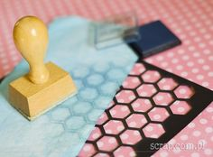 Mania tuszowania: frottage Cube, Scrapbook, Cards, Scrapbooking, Maps, Playing Cards, Guest Books, Scrapbooks
