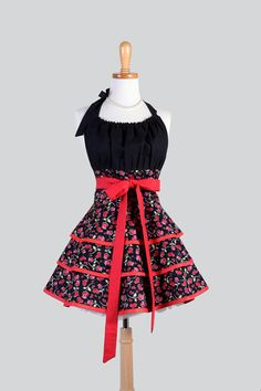 Flirty Chic Apron Red and Black Hearts and Roses par CreativeChics, $50.00