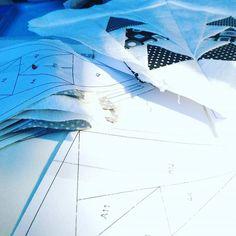 #daserstemal #paperpiecing und dann gleich #massenproduktion #😉 #quilt #quiltalong #block #quiltblock #berninamedaillonqal #quiltalong2017 #schwarzweiss #schwarzweiß #nähen #quilten #quilting #sewing
