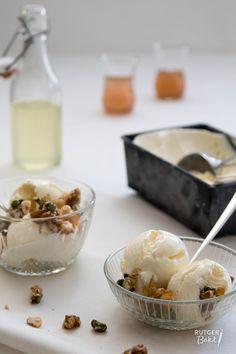 Easy amaretto-ijs met zure citroensiroop, angostura en amandel-pistachepraline - recept
