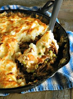 Shepherds Pie is good but Shepherds Pie from Leftover Pot Roast, with classic veggies, that gravy & beautiful browned mashed potatoes is great! Roast Beef Recipes, Meat Recipes, Cooking Recipes, Roast Beef Pot Pie, Recipies, Roast Beef Pie, Roast Beef Dishes, Crockpot Recipes, Beef Pies
