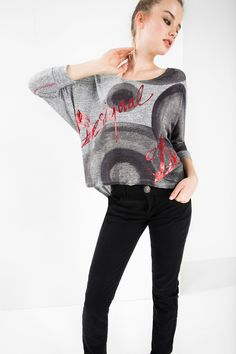This slouchy t-shirt in gray hues, accompanied by a red printis the perfect throw-on, easy-care item this season. It looks as beautiful as it feels, which is no mean feat!