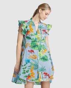 Vestido corto, con manga corta con volante y escote de pico. Con estampado de rayas en azul y flores multicolor.