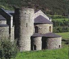 Styl romański- budowle romańskie wznoszono z kamienia, były one przysadziste i wieloczłonowe. Z zewnątrz wyglądały jak złożone z brył geometrycznych, a wewnątrz świątyni panował półmrok, gdyż miały one wąskie okna, zakończone górnym łukiem. Kościoły dekorowano rzeźbami, płaskorzeźbami oraz malowidłami ściennymi. Oprócz świątyń w stylu romańskim wznoszono także zamki i wieże. Wrażenie ciężkości Building, Travel, Literatura, Viajes, Buildings, Destinations, Traveling, Trips, Construction