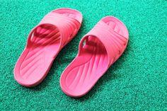 Klapki kubota tdoskonale sprawdzą się nad wodą, na basenie, w pracy. Są miękkie, wygodne, przewiewne, a przy tym kosztują niewiele. Pool Slides, Sandals, Shoes, Fashion, Moda, Shoes Sandals, Zapatos, Shoes Outlet, Fashion Styles