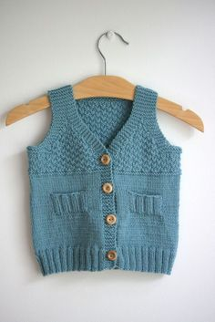 This Pin was discovered by Lal Knitting Patterns Boys, Knitting For Kids, Baby Patterns, Crochet Baby Poncho, Crochet For Boys, Quick Knitting Projects, Knitted Baby Clothes, Baby Vest, Knit Vest