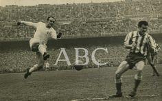 Madrid. 1958 (CA.) Di Stefano remata a puerta en uno de los muchos partidos que diputó el Real Madrid contra el Atlético de Madrid.