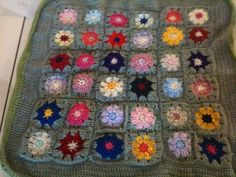 Crochet Baby Blanket ......... note contrasting flower centres