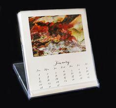 Alegrar tu día y tu escritorio o estante con este hermoso calendario 2017 con mis hermosas fotografías originales. La variedad de gama de imágenes de arco iris colorido cortezas de árbol de eucalipto, hojas de banano y árboles de tronco, manzana y cereza florece, corteza de árbol melaleuca y sicomoro rojo y hojas de otoño dorado.   Cada mes se imprime con una imagen diferente y se adapta a un estilo situación del uno mismo de caballete estuche de CD. Las imágenes son impresas en papel de 80#…