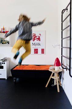Seinään kiinnitetyiltä Ikean tikkailta voi pompata vauhdilla alas. Kärpässieni-valaisin on Kaunis pieni elämä -shopista.
