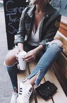 When it comes about fashion and street style, a take away coffee is your best friend. Fashion Moda, Look Fashion, Fashion Outfits, Womens Fashion, Fashion Trends, Fashion Pics, Mode Style, Style Me, Mode Inspiration