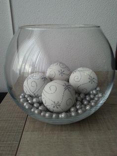 Kerstballen in een vaas...