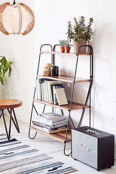 本棚の上に鉢植えを乗せて、さわやかな空間に。さらに観葉植物は白い壁にとっても映えるので、より明るいお部屋にしてくれます。