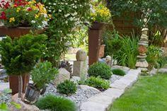 Steingarten mit Dekoration