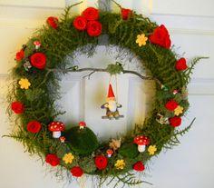 Felt, Moss and Yarn Wreath Wreath Crafts, Diy Wreath, Diy Crafts, Tulle Wreath, Burlap Wreaths, Wreaths For Front Door, Door Wreaths, Yarn Wreaths, Floral Wreaths