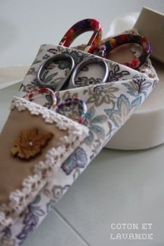 Coton et Lavande: Una funda para las tijeras... Sewing To Sell, Love Sewing, Crewel Embroidery, Cross Stitch Embroidery, Sewing Alterations, Fabric Roses, Embroidery Supplies, Needle Book, Couture Sewing