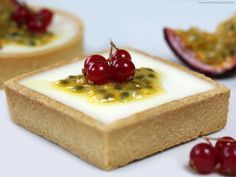 Panacotta with passion fruit in shortbread pie, Desserts, Panacotta with passion fruit in shortbread pie (dough too thick, make it finer). French Desserts, Köstliche Desserts, Delicious Desserts, Dessert Recipes, Yummy Food, French Pastries, Eat Dessert First, Mini Cakes, Food Plating