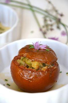 Tomates farcies vegan aux saveurs provençales  http://www.lesrecettesdejuliette.fr/article-tomates-farcies-vegetariennes-aux-saveurs-proven-ales-123360301.html
