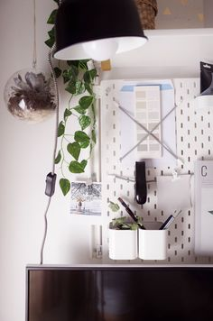 A Green and Simple Home Office Makeover - Ikea DIY - The best IKEA hacks all in one place Office Interior Design, Home Office Decor, Office Interiors, Office Art, Office Ideas, Office Furniture, Furniture Ideas, Cubicle Organization, Office Organization At Work