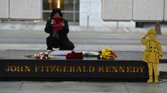 22. November 2013, #USA: Am 50. Todestag von John F. #Kennedy nimmt diese Frau mit einem Tablet ein #Bild von der Gedenkstätte in #Dallas auf. Dort wurde der ehemalige US-Präsident am 22. November 1963 erschossen. Die gelbe Figur erinnert an Kennedys Sohn, der damals anlässlich des #Begräbnisses seines Vaters salutierte. (Foto: dpa)