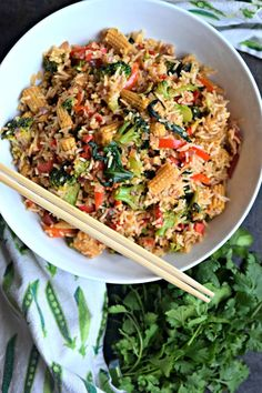 Vegetarian Thai Chilly Fried Rice - Cookilicious - Thai fried rice recipe is a simple & delicious preparation using fresh basil & veggies.To keep it vegetarian/vegan, no curry paste or shrimp paste is used! Yummy Recipes, Rice Recipes, Indian Food Recipes, Asian Recipes, Dinner Recipes, Cooking Recipes, Ethnic Recipes, Holiday Recipes, Thai Cooking