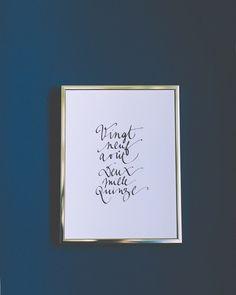 Calligraphie à l'encre noire sur papier de création 300gLogo Epouse-moi cocotte gaufré en pied de pageCadre doré en aluminium 18x24 cmUn mail vous sera automatiquement envoyé dès réception du paiement pour recueillir les prénoms à calligraphier.LIVRAISON : Dès réception du paiement, votre commande sera traitée dans les 24/48h (jours ouvrés) puis expédiée en Colissimo (la Poste garantie un délai de livraison de 48h à 72h pour la France Métropolitaine, 4 ...
