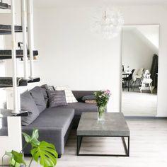 Interior Monochrom Minimalistisch. Wohnzimmer in grau mit grauem Boden. Ikea Friheten Sofa und Beton Industrial Couchtisch.