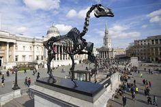 """Seit einigen Jahren sind die verschiedensten Skulpturen auf einem Sockel des Trafalgar Square in London zu bewundern, die stets wechseln. Gerade steht dort ein riesiges Skelett des deutschen Künstlers Hans Haacke, das den Namen """"Gift Horse"""" trägt (AFP)."""