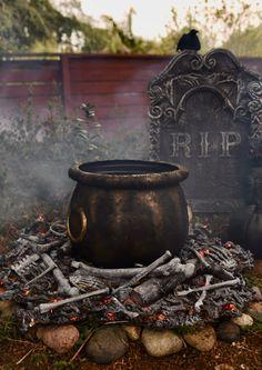 Large cauldron on fake fire Diy Deco Halloween, Scary Halloween Decorations, Halloween House, Holidays Halloween, Scary Halloween Yard, Halloween Witches, Halloween Lighting, Halloween Season, Outdoor Halloween Lights