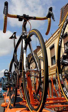 le vélo actuel du champion olympique il y a 4 ans .  samuel Sanchez . le guidon est couleur Or. Orange partenaire Officiel du Tour de france 2012