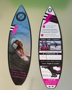 Design Graphique + Fabrication • Flyer pour école de surf 29 HOOD Surf Club avec forme de découpe spéciale gabarit planche de surf 6×21 cm, impression quadri  recto/verso sur papier couché mat supérieur 300 g, pelliculage brillant recto/verso #finistere #29 #bretagne #surf #plovan #penhors #latorche #porscarn #bigouden #SUP #longboard #ecole #club