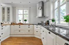 Ballingslövskök med bänkskiva av granit och massiv ek. Lättarbetat kök med generös avställnings- och arbetsyta.