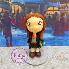 Miniatura estilo Mini Cult da personagem Hermione Granger, da série Harry Potter, escrita por J. K. Rowling. <br> <br>Produto sob encomenda. Valor unitário. <br>Material: biscuit; base acrílica redonda. Altura: 8cm. <br> <br>Antes de encomendar, não esqueça de conferir as políticas da loja (http://www.elo7.com.br/patysbiscuit/politicas ), e de entrar em contato para consultar disponibilidade na agenda!