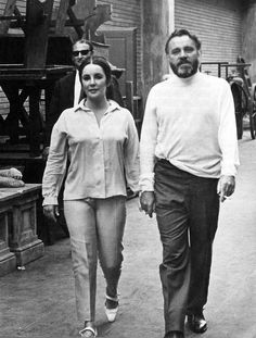 Elizabeth Taylor and Richard Burton, The Hollywood Golden Age Couple. I would have loved to have seen Burton perform Shakespeare at the Old Vic. Such an icon, both of them. Old Hollywood Stars, Golden Age Of Hollywood, Classic Hollywood, Elizabeth Taylor, Child Actresses, Actors & Actresses, Burton And Taylor, Classical Hollywood Cinema, Eddie Fisher