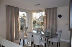 Nowoczesne zasłony na oknie tarasowym w jadalni, zasłony wykonane jedynie do ozdoby, właściciel chciał mieć widok na ogród, dekoracja okien, tkaniny zasłonowe, dekoracje okienne warszawa