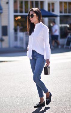 Blusa social branca, calça jeans, loafer preto