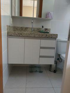 Produzido pela Projetos e Ambientes Bathroom Layout, Bathroom Storage, Bathroom Interior, Small Bathroom, Mirror Cabinets, Kitchen Cabinets, Bedroom Wardrobe, Kitchen Design, House Plans