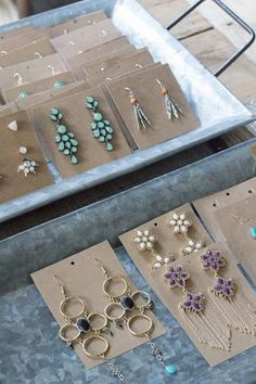 DIY Kraft Paper Earring Display Cards Organized Jewelry Modish and Main Paper Earrings, Diy Earrings, Diy Schmuck, Schmuck Design, Jewelry Tags, Jewelry Crafts, Jewelry Holder, Necklace Holder, Diy Jewelry Cards