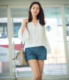 It is a fashion that feminine charm blooms. Actress Son Ye-jin directed the fashion of the airport, which is refined with blouses and shorts pants and feminine beauty. On June Son Ye-jin departed to Antibes, France, through Incheon Airport, a magazine Korean Actresses, Asian Actors, Korean Beauty, Asian Beauty, Korean Celebrities, Celebs, Asian Woman, Asian Girl, Date Outfits