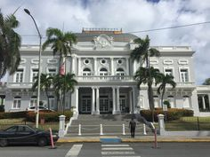Casa España - 9/3/16 - 10:02 a.m. - Bandera de Puerto Rico con triángulo en color erróneo. No colocada a media asta como demanda el decreto presidencial por la muerte de la ex primera dama de E.U. Nancy Reagan. #banderasyescudosVSJ #sagradoenero2016