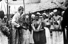 COLLECTIE TROPENMUSEUM Mangi Mangi Karaëng Bontonompo koning van Gowa luistert naar de installatierede van waarnemend gouverneur van Celebes en Onderhorigheden de heer Bosselaar.