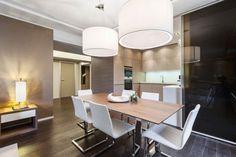 studio moderne: éclairage mixte et chaises à pied traîneau