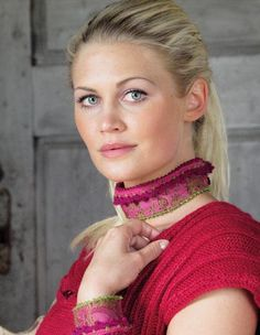 Rosa - halssmykke og armbånd!  MiniMaskerader nr.4 - Du Store Alpakka. Design: Randi Ballangrud Foto: Kari Hestnes