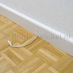 Goede uitleg van A tot Z voor gelijmde plinten (dotjes lijm) en kabels wegwerken. Demontabel omdat je dotjes lijm gebruikt, met plamuurmes achter plint is plint los te krijgen.  Plint over de kabel plaatsen